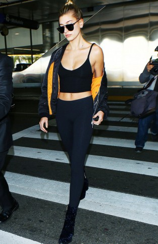 hailey-baldwin-just-proved-that-leggings-can-be-chic-at-the-airport-2059298.640x0c.jpg