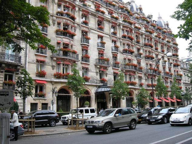 Paris-Avenue-Montaigne-Plaza-Athenee-Hotel_092501.JPG