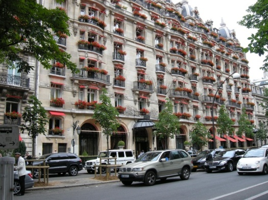 Paris-Avenue-Montaigne-Plaza-Athenee-Hotel_092501.JPG
